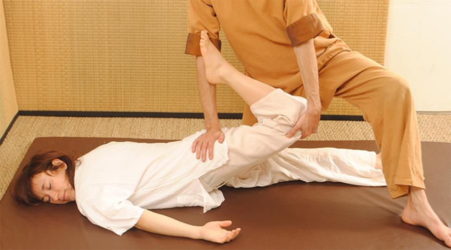 Photo illustrative d'un massage thaï traditionnel proposé à NuadSen, centre de massage Nuad Boran à Marseille